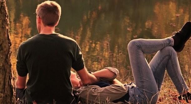 pareja sentada atardecer