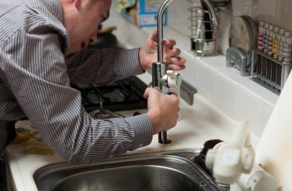 fontanero arreglando cocina