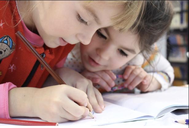 niñas dibujando