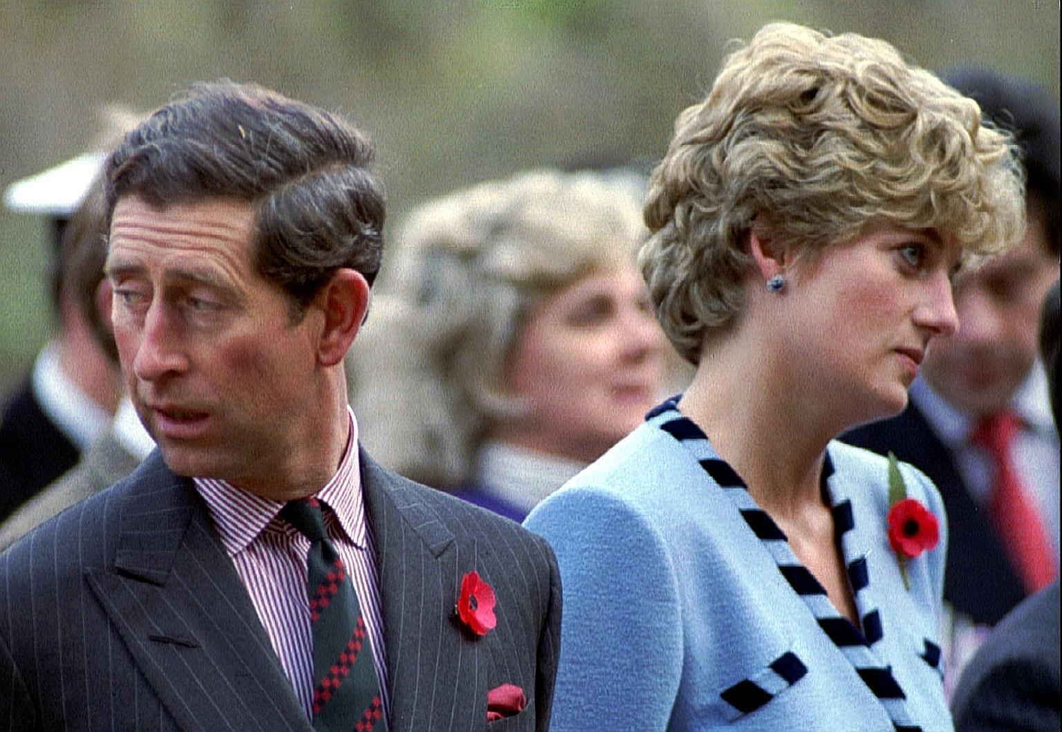 El príncipe Carlos y la princesa Diana mirando en diferentes direcciones durante un servicio conmemorativo de la Guerra de Corea en noviembre de 1992.