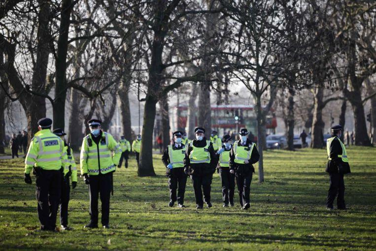Los infractores de las reglas del Reino Unido se enfrentan a represión mientras Covid-19 inunda los hospitales