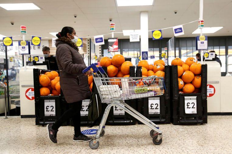 Sin máscara, sin tienda: los supermercados británicos insisten en cubrirse el rostro