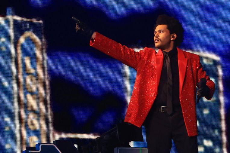 El cantante canadiense The Weeknd trae luces brillantes y bailarines vendados al Super Bowl de EE. UU.