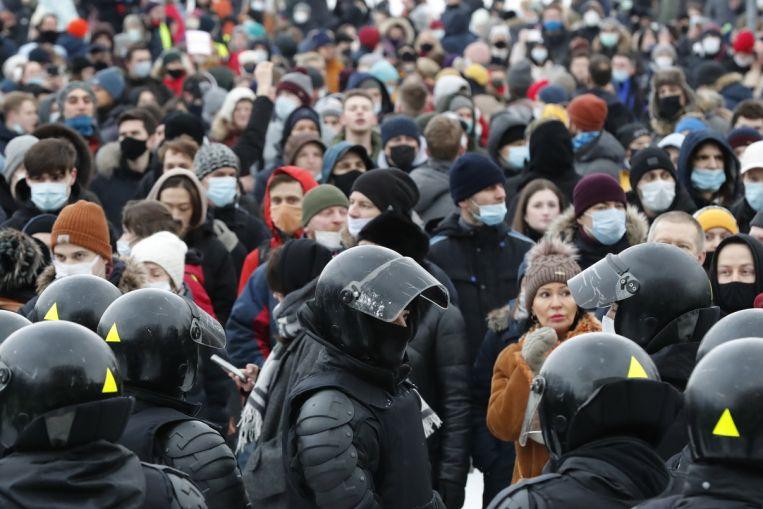 La oposición rusa realiza una protesta flashmob en el día de San Valentín