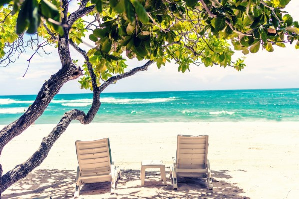 Hamacas en playa paradisiaca