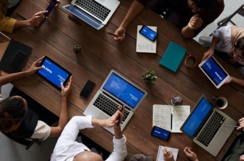 Grupo de personas trabajando desde ordenadores y tablets