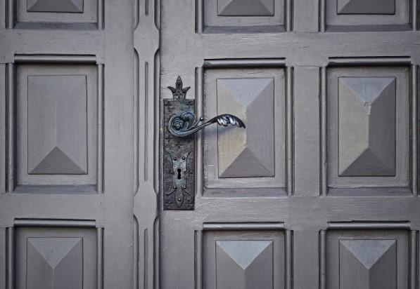 Cerradura en puerta antigua
