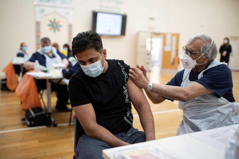 Los reguladores británicos y de la UE todavía recomiendan la inyección de AstraZeneca, a pesar del posible vínculo con coágulos de sangre